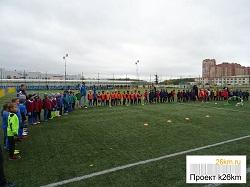 На стадионе проходит турнир по футболу