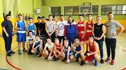 Чемпион мира по боксу Андрей Курнявка провел урок в школе