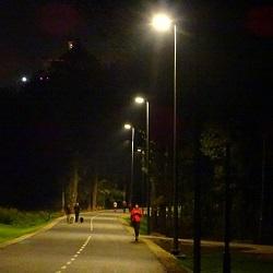 Велопешеходную дорожу освещают более 150 фонарей
