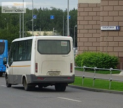Автобус 590 выезжает через новый выезд