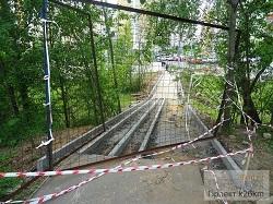 Производится ремонт подхода и лестницы к дороже между микрорайонами