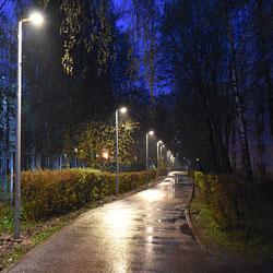 Включено освещение вдоль тротуара за домом 23 микр. 1